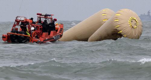전남 진도군 관매도 인근 해상에서 침몰한 여객선 세월호 사고해역에서 해경 등 관계자들이 수색작업을 하고 있다./조선일보DB