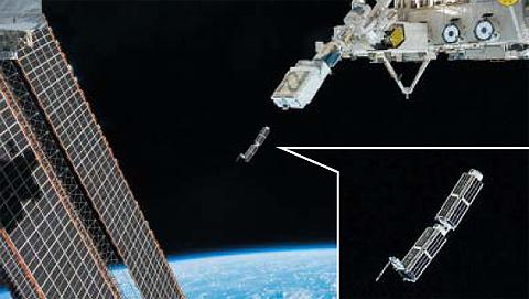 지난 2월 국제우주정거장에서 초소형 위성인 큐브샛을 우주로 방출하는 모습