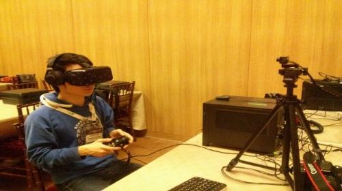 윤태현 인턴기자가 오큘러스 DK2를 착용하고 데모용 공포 게임을 직접 체험해보고 있다.