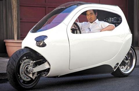 대니얼 김'릿 모터스'대표가 2륜 전기차 시제품'C1'을 테스트하고 있다