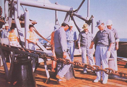 사우디아라비아 주베일 산업항 공사장을 돌아보는 현대그룹 정주영 회장.