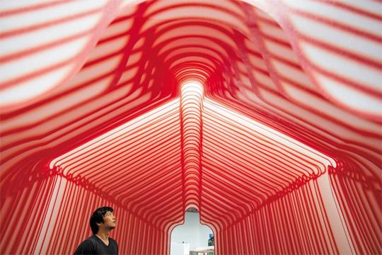 쉽게 쓰고 버려지는 소재가 설치 작품으로 재탄생했다. 부직포 40장을 겹겹이 매달아 만든 입체 공간. 건축과 미술의 경계에 있는 작품이다.