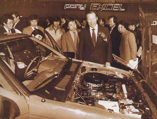 현대 포니 엑셀 신차 발표회장에서 신차를 살펴보고 있는 정주영 현대그룹 회장.