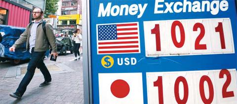 8일 원·달러 대비 환율이 장중 한때 1012원 선까지 하락하며 2008년 8월 이후 5년 9개월 만에 장중 최저치를 기록했다. 이날 오후 서울 명동의 한 환전소 시세표가 1달러당 1021원을 표시하고 있다.