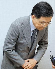 삼성전자 권오현 부회장이 14일 반도체 사업장에서 발생한 백혈병 환자와 사망자에 대해 고개 숙여 사과하고 있다.