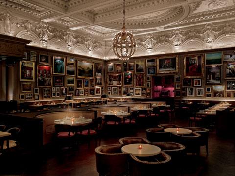 이언 슈레거가 메리어트 호텔과 합작해 만든 런던 에디션 호텔의 바 모습.
