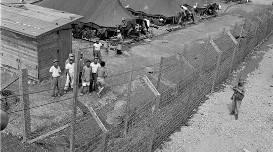 감시 초소에서 바라 본 부평수용소의 전경과 포로들의 모습. 당시 수용된 많은 반공포로들이 자유를 찾아 탈출하다가 비명횡사하였다. 철창 밖에 국군에서 파견 나온 경비병이 있었지만 미군기지 한가운데 위치하다보니 탈출 당시에 충분한 도움을 줄 수 없었다./사진=라이프