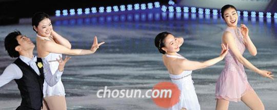김연아(맨 오른쪽부터)·박소연·김해진·김진서가 지난 6일 서울 올림픽공원에서 열린 아이스쇼 '올댓스케이트 2014'에서 활짝 웃으며 함께 연기를 펼치고 있다.