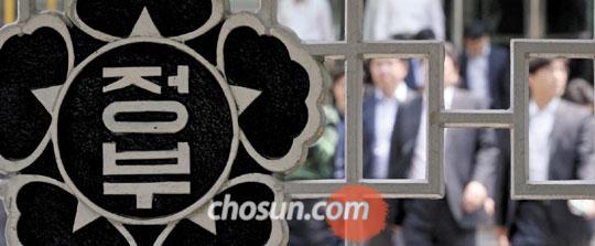 박근혜 대통령이 대국민 담화를 한 19일 오후, 안전행정부가 입주한 정부서울청사에서 공무원들이 발걸음을 옮기고 있다.