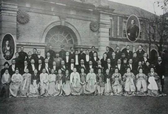 1910년 11월 3일 친일 귀족 수작자들이 부부 동반해 도쿄를 관광 기념한 뒤 촬영한 모습.