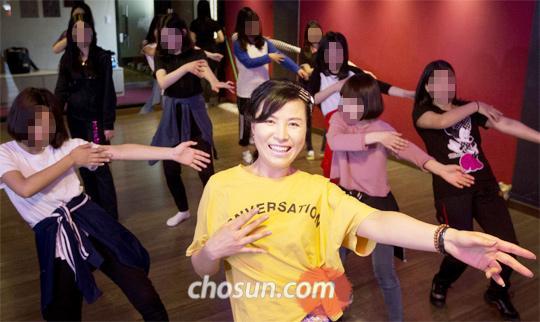 곽은주 서울 광양중 교사가 광진구의 한 댄스학원에서 '방송댄스 동아리' 학생들과 함께 춤을 추고 있다. 곽 교사는 댄스 동아리를 통해 아이들과 교감하고 2009년부터 6년째 생활교육부장을 맡아 학교 부적응 학생을 지도해 오고 있다.