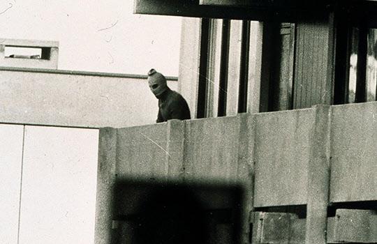 1972년 9월 5일 새벽4시, 무장한 '검은 9월단'소속의 테러범들이 뮌헨올림픽 선수촌에 난입, 이스라엘선수중 2명을 살해하고 9명을 인질로 삼았으나 서독경찰과 테러범들간의 총격전으로 인질들은 모두 숨지고 테러범들도 사살 또는 생포되어 세계를 경악케 했다./조선일보DB