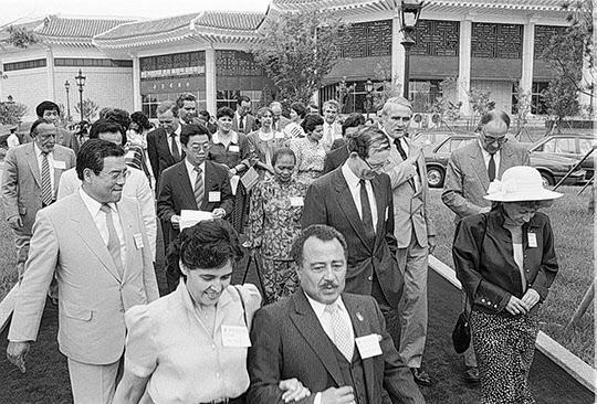 1988년 6월 29일 올림픽조직위원회는 88 서울올림픽을 앞두고 주한 외교사절 부부를 올림픽 공원으로 초청해 각종 시설물과 공원 내부를 관람시켰다./조선일보DB