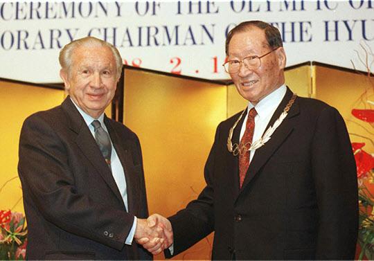 정주영 현대그룹 명예회장은 1998년 2월 19일 나가노 국제21호텔에서 국제올림픽위원회(IOC) 사마란치 위원장으로부터 올림픽훈장을 받았다./조선일보DB