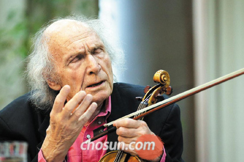 """22일 서울 명동 유네스코회관에서 한국 학생들에게 바이올린 연주를 지도하는 이브리 기틀리스. 그는 수줍어하는 학생들에게 """"당신 방에서 혼자 노래하고 대화하듯 마음 편하게 연주해 보세요""""라고 말했다."""