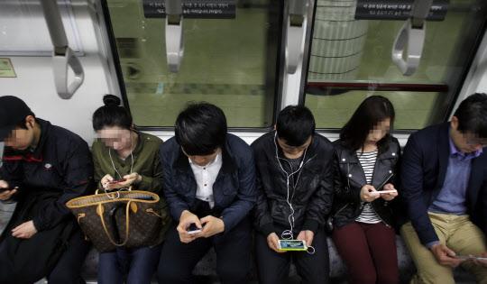 출근길 시민들이 스마트폰을 들여다 보고 있다. KAIST연구팀은 애플리케이션 1~2개만 집중적으로 쓰거나 알림기능을 설정해두면 스마트폰 중독에 걸릴 가능성이 높다는 결과를 내놨다.  조선일보DB