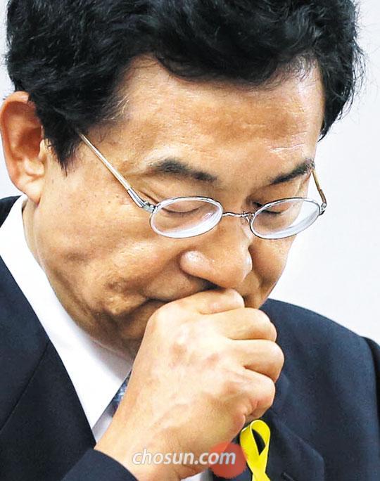 고승덕 서울시교육감 후보가 1일 오후 서울 을지로 자신의 선거사무실에서 친딸 캔디 고(한국이름 고희경)씨의 폭로 글을 해명하는 기자회견문을 읽다가 멈추고 눈을 감고 있다.