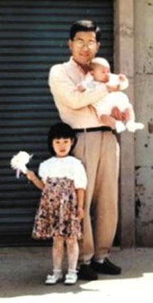 고승덕 서울시교육감 후보의 친딸 캔디 고(한국 이름 고희경)씨가 자신의 페이스북에 공개한 옛 가족사진. 아들을 안은 고 후보 옆에 딸 캔디씨가 서 있다.