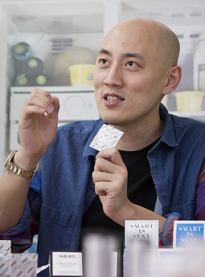 박서원 빅앤트 대표가  4일 오후 서울 한남동 사무실에서 콘돔에 대해 설명하고 있다. /김지호 기자