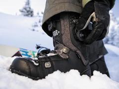 신발 끈을 대체할 수 있는 보아 테크놀로지 다이얼. 감으면 철제 와이어가 당겨지면서 신발이 꽉 조여진다.