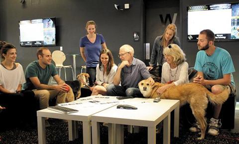 마크 소더버그 보아 씨이오 (사진 한가운데 안경 쓴 이)가 마케팅 부서 직원들과 함께 이야기를 나누고 있다. 직원들이 출근할 때 데려온 애완견 두 마리도 배석했다.