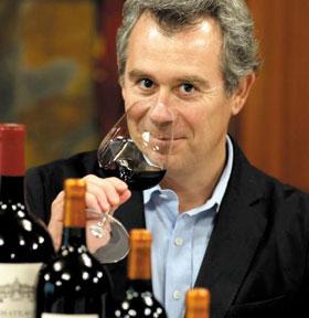 와인 향기를 맡고 있는 와인 전문가 뱅상 크뤼즈.