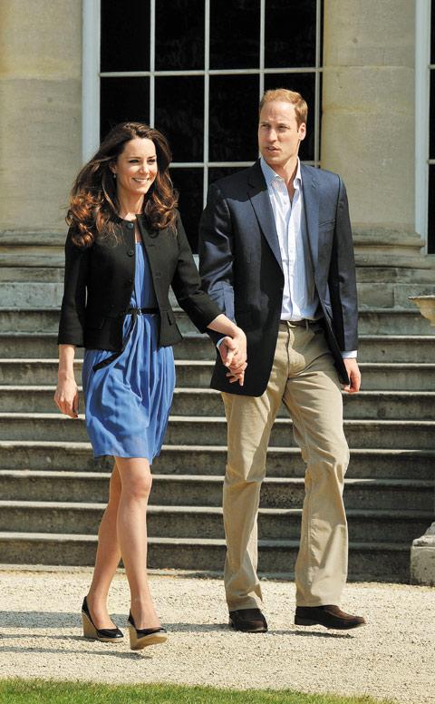 2011년 4월 영국 왕세손빈 케이트 미들턴이 입고 나온 자라 블루 드레스. 패션계에 엄청난 화제를 뿌렸다.