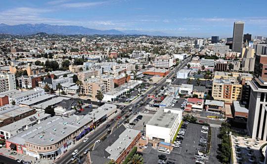 영화 '그녀(Her)'의 주인공 테오도르가 사는 미국 로스앤젤레스는 평화롭게만 보인다.