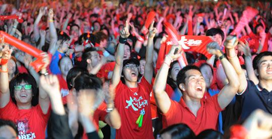 2010년 남아공 월드컵 당시 붉은 옷을 입은 시민들이 거리응원을 하는 모습.