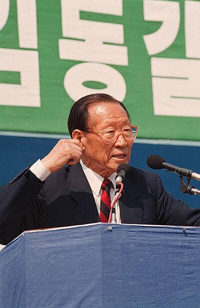 1992년 3월 22일 당시 국민당 정주영 대표가 서울 등지에서 개최된 정당연설회에서 지지를 호소하고 있다./조선일보DB