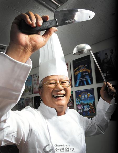 """""""모자는 써 본 적이 없는데…."""" 주저하던 송승환 피엠씨프러덕션 회장은 '난타'의 소품인 칼과 국자를 들더니 금세 웃기 시작했다. 지난 17일 서울 종로구 피엠씨프러덕션 사무실에서."""