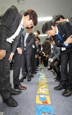 경기도 오산에 있는 LG화학 리더십 센터에서 최근 입사한 신입사원들이 생각과 시야를 키우기 위해 퍼즐을 함께 맞추는 교육을 받고 있다. LG화학은 올해 상반기 신입사원 공채에서 250명 전원(全員)을 이공계 출신 대학 졸업생으로 채웠다.