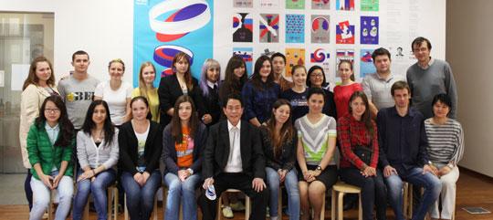 모스크바에서 태극 전시회'러-리아/코-시아(RU-REA/KO-SIA)'를 열고 있는 유한태(앞줄 왼쪽에서 다섯째) 교수가 러시아에서 한국어를 배우는 학생들과 자리를 함께했다. 뒤에 전시 중인 태극 문양 작품들이 보인다.