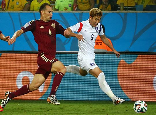 지난 18일, 2014 브라질월드컵 러시아와의 조별예선 첫경기에서 손흥민이 세르게이 이그나쉐비치를 제치고 드리블하고 있다./조인원 기자