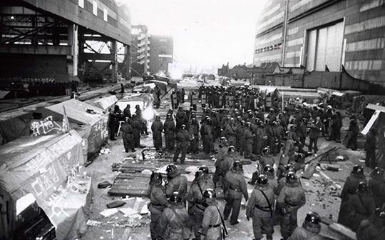 울산 현대중공업 파업현장에 진압작전을 펴 진입한 경찰./조선일보DB