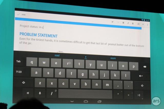 25일 구글 선다 피차이 수석부사장이 이메일에 첨부된 MS워드 문서를 안드로이드태블릿에서 열어 작업하는 청중에게 모습을 보여주고 있다.
