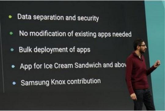 25일 구글 선다 피차이 수석부사장이 대형슬라이드를 통해 삼성전자의 녹스(Knox)를 차세대 안드로이드에 포함하기로 했다고 발표하고 있다.