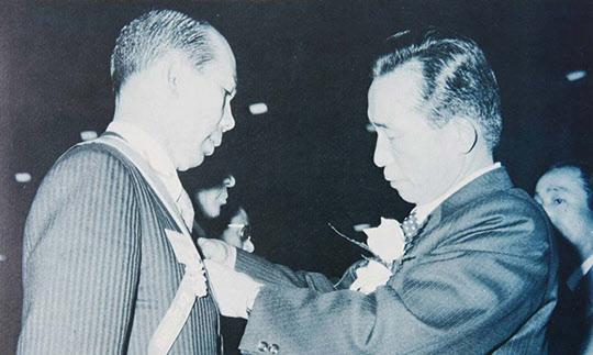 1973년 4월 17일 박정희 대통령이 박태준 포항제철 사장에게 금탑산업훈장을 수여하고 있다.