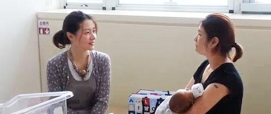 이영애(왼쪽)가 지난 29일 인천 국제성모병원을 찾아가 대만인 산모와 아이를 만나고 있다.