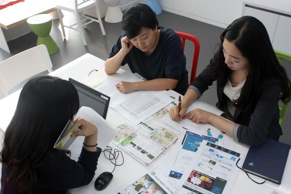 서울시와 두산매거진, 다음 담당자들이 온라인 생활백서 회의를 하고 있다.