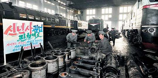 전기·자재 부족한 공장… 북한 철도성 산하 평양기관차대에서 근로자들이 기관차를 수리하고 있다. 북한이 기간산업으로 특별히 중시하는 철도 역시 전기와 자재 부족으로 공장 가동에 어려움을 겪고 있는 것으로 알려졌다