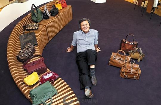 지난 4일 경기도 의왕 시몬느 본사에서 박은관 회장이 내년 정식 출범을 앞두고 있는 자체 브랜드 '0914' 핸드백들을 옆에 놓고 환하게 웃고 있다.