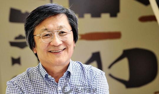 """박은관 회장은 인터뷰 도중 자주 넉넉한 웃음을 내보였다. 노타이에 와이셔츠를 팔꿈치까지 걷어올린 그는 """"1년에 넥타이를 매는 경우는 2~3번 정도에 불과하다""""고 했다."""