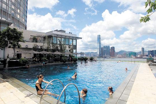 포시즌 호텔 야외 수영장.