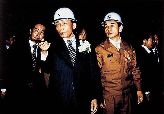 1973년 7월 3일 포항제철 1기 종합준공식 후 박태준 사장의 안내로 공장을 시찰하는 박정희 대통령이 지휘봉으로 어딘가를 가리키고 있다.
