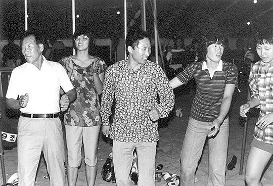 1981년 현대건설 시절 강릉 경포대 하계 수련회에서 정주영 회장(왼쪽), 가운데는 사원(현대 배구단 소속)들과 함께 디스코 추는 이명박 전 대통령.