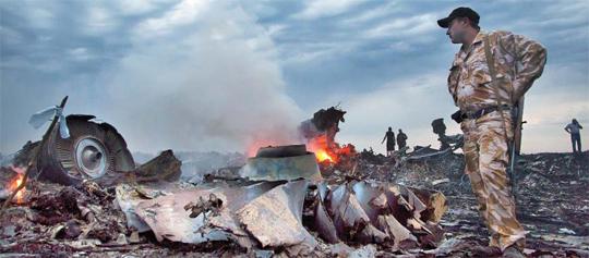 피격 말레이機 298명 전원 사망… 네덜란드인 189명·어린이 80명… 17일 말레이시아항공 여객기가 추락한 우크라이나 동부 그라보보 마을에서 한 남성이 형체를 알아볼 수 없을 정도로 부서진 기체 잔해 사이에서 수색 작업을 벌이고 있다.