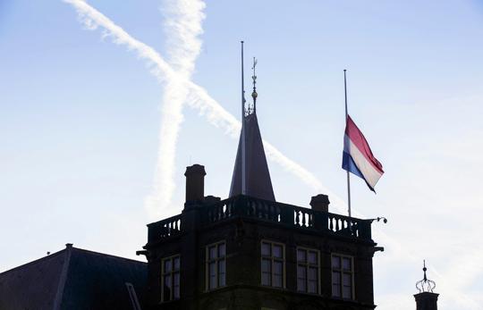 네덜란드 애도 물결 18일 네덜란드 헤이그의 정부 청사 옥상에서 조기(弔旗)가 나부끼고 있다. 전날 우크라이나에서 발생한 말레이시아 여객기 격추 사고로 숨진 승객과 승무원 298명 가운데 네덜란드인은 189명에 이른다