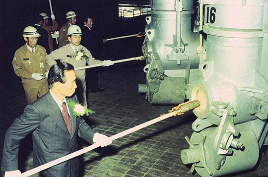 1976년 5월 31일 포항제철 제2고로에 불을 붙이는 박정희 대통령과 박태준 사장.
