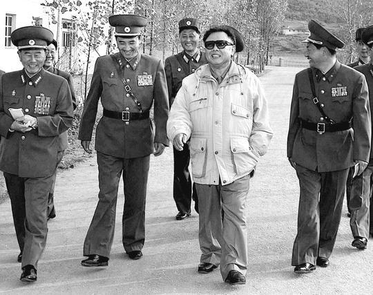 김정일 국방위원장이 북한군 1112군부대를 시찰하면서 수행 중인 군부지도자들과 함께 웃고 있다. 이 사진은 2006년 11월4일 공개한 것이다./조선중앙통신